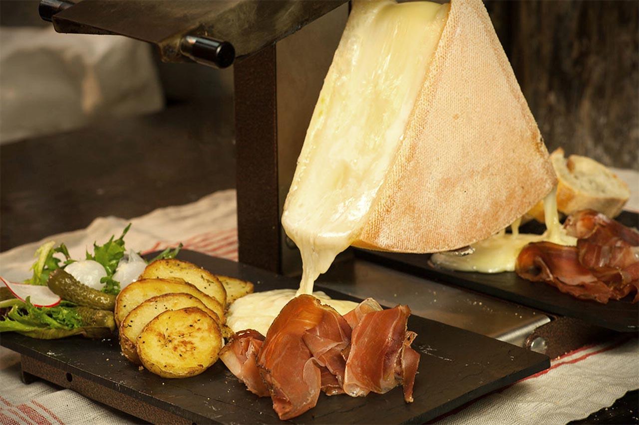 raclette formaggio valle d'Aosta-fuso-vino rosso abbinamento chambave rouge